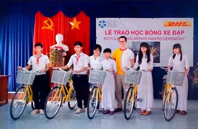 DHL tặng xe đạp đến trường cho trẻ em có hoàn cảnh khó khăn